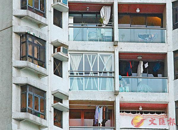 ■大部分單位窗口已貼上「X」及「米」字膠紙。香港文匯報記者劉國權  攝