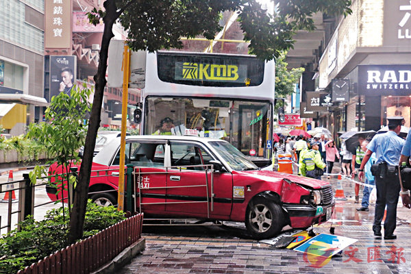 尖沙咀昨日發生1死4傷奪命車禍,警員趕至封鎖現場進行調查。