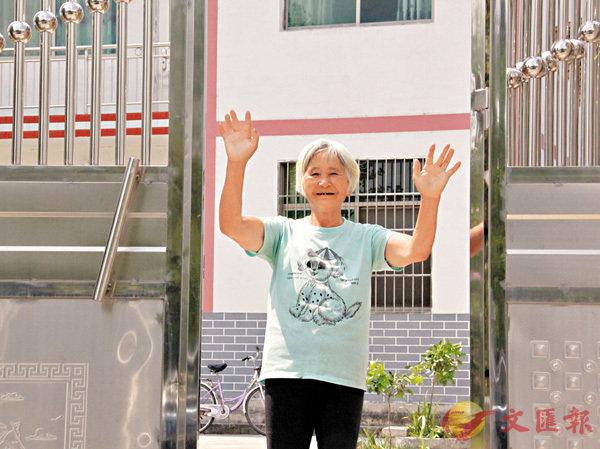 ■村民謝秋香十分感恩如今的生活,切實感受到扶貧工作的成果。香港文匯報記者王逍  攝