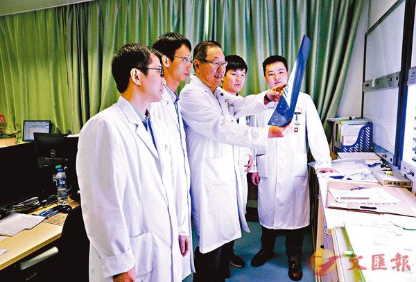 ■张力教授(左三)团队进行病例分析。 中山大学肿瘤防治中心供图