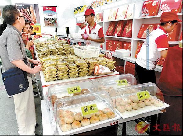 ■ 北京稻香村麵點師現場烘烤的月餅深受歡迎。網上圖片
