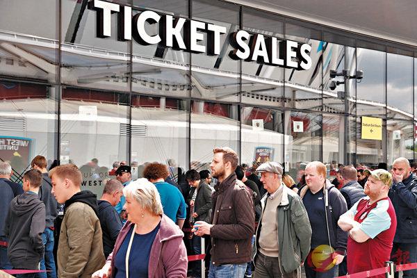 ■韋斯咸球迷排隊購票。  路透社