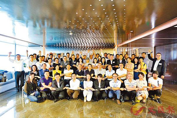 ■國際青年工作委員會、國際產融俱樂部昨日在深圳舉行揭牌儀式。 記者 李昌鴻 攝
