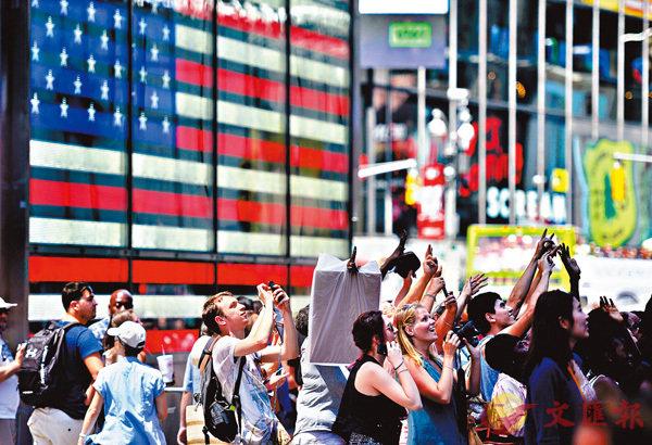 ■美國經濟增長,相對其他國家,始終擁有優勢,美元資產繼續受到投資者追捧。圖為大批遊客在美國紐約時報廣場觀光。 資料圖片