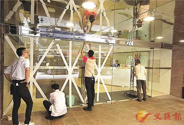 ■高鐵西九龍站和尖沙咀部分商舖採取防風措施。 香港文匯報記者曾慶威  攝