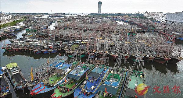 ■大批漁船昨日回到海南三亞崖州中心漁港避風。 新華社
