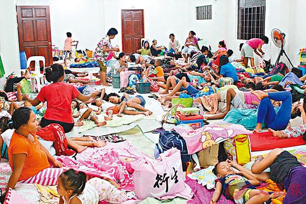 ■菲律賓受影響地區已有近一萬人入住臨時庇護中心。 路透社