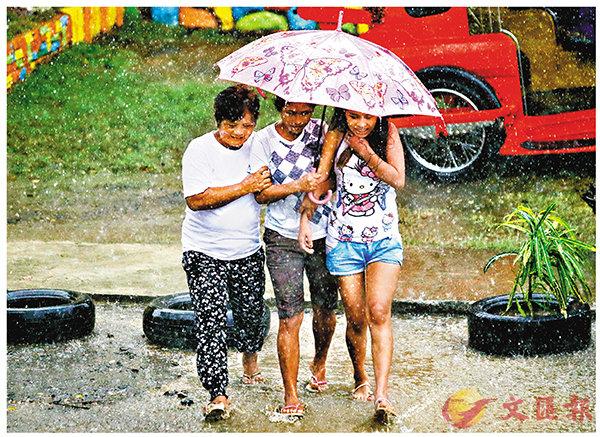 ■菲部分地區率先下起大雨。 美聯社