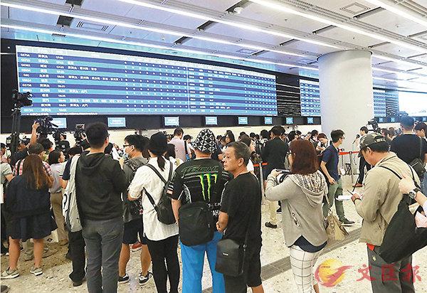 ■港鐵於本周一開始預售高鐵車票,首4天共售出約1.5萬張。圖為大批市民到西九總站購買高鐵車票。 資料圖片