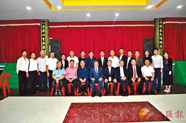 ■香港潮州商會一行與柬埔寨潮州會館首長合影。