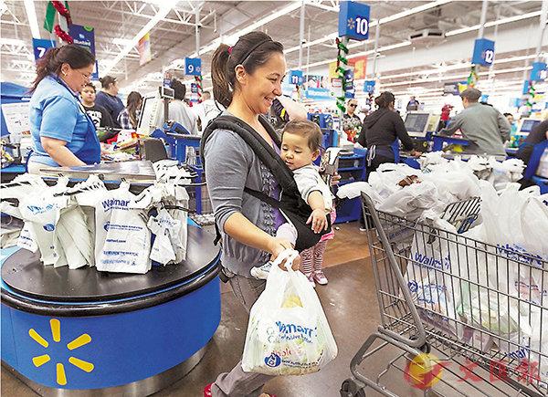 ■外交部發言人耿爽昨日說,加徵關稅將對美消費者造成顯著傷害,推高他們生活成本。圖為加州消費者在超市購物。 資料圖片