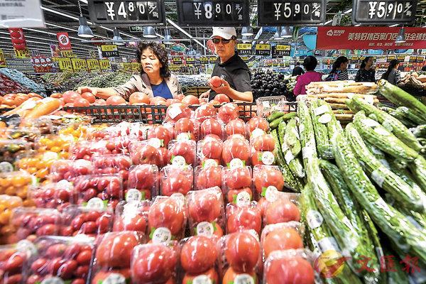 ■8月內地工業和消費雙雙回升並略超預期,尤其消費增速回升至9%,繼續擔當經濟增長的穩定器。圖為山西太原的消費者在超市內選購蔬菜。中新社