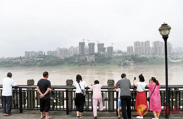■重慶市民在嘉陵江重慶磁器口段岸邊駐足。 資料圖片