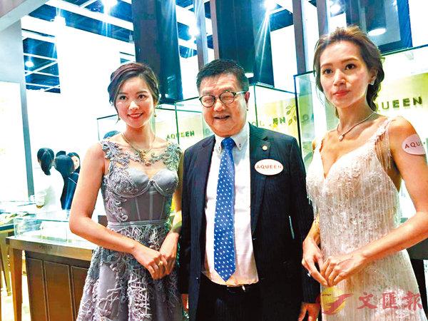 ■杜源寧(中)指AQUEEN已開始了網購業務,目前盡量將產品的研發及設計配合網上的消費模式。 香港文匯報記者莊程敏  攝