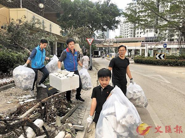 ■張國鈞(右一)昨日帶隊到杏花�h協助清理垃圾。 網上圖片