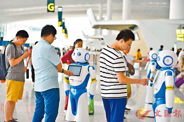 ■「雲朵」智能機械人昨日在廣州白雲機場為旅客提供諮詢服務。香港文匯報記者敖敏輝 攝