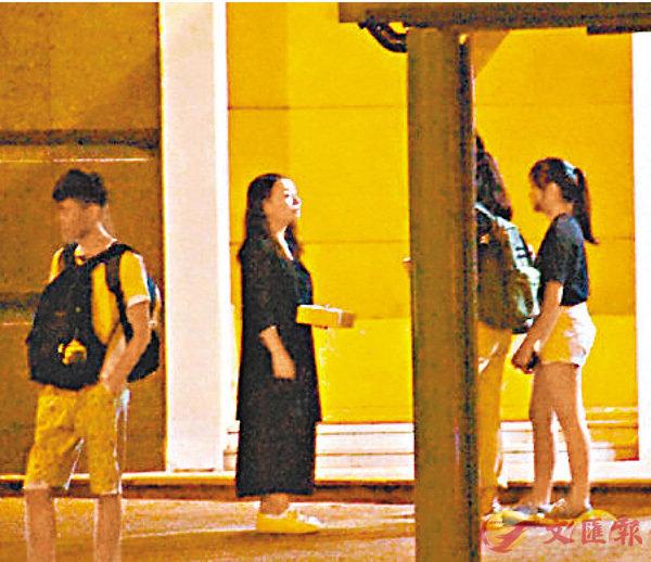 ■劉小麗早在去年8月13日已於荔枝角社區會堂入口處,用無標貼不透明紙盒籌款。 資料圖片