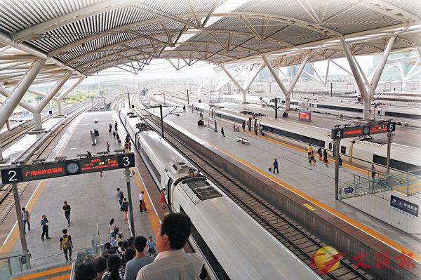 ■广州南站的广深港高铁停靠站台。 香港文汇报记者敖敏辉摄