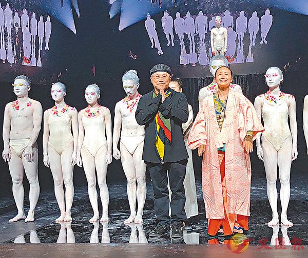■葉錦添(前左)與高艷津子(前右)和演員們共同謝幕。   羅洪嘯 攝