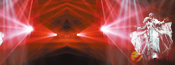 ■頭戴黑面罩的林俊傑,一出埸以蝙蝠造型吊在離地約廿呎高空上獻唱。