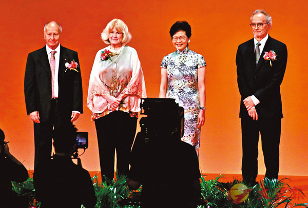 ■林鄭月娥(右二)頒獎予獲得「邵逸夫獎」的3位頂尖科學家。香港文匯報記者劉國權  攝