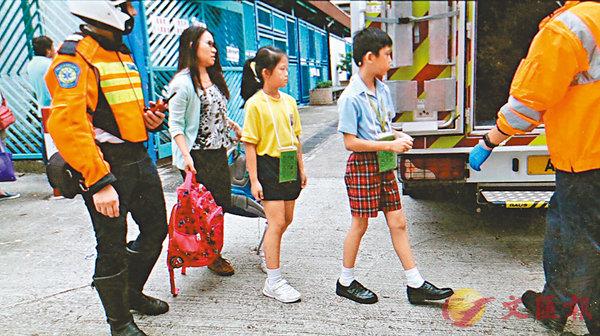 ■10名三年級男女學生在午膳後出現肚痛不適,需送院治理。