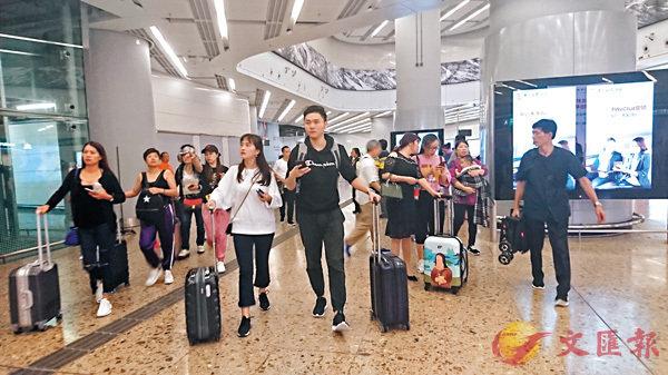 ■高鐵乘客抵達西九龍站。香港文匯報記者文森 攝