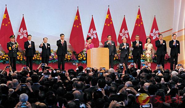 ■為慶祝中華人民共和國成立69周年,香港特區政府昨日在香港會議展覽中心舉行隆重的酒會。香港文匯報記者梁祖彝  攝