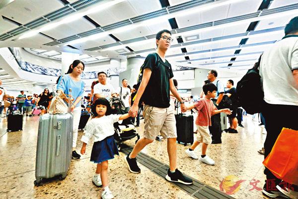 ■十一國慶節假期開始,高鐵西九龍站有大批內地客抵港。  香港文匯報記者梁祖彝  攝