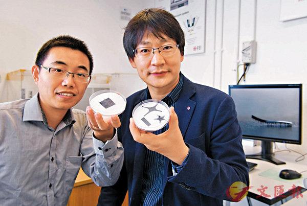 王鑽開教授(圖右)和申亞京博士展示軟體機械人。城大供圖