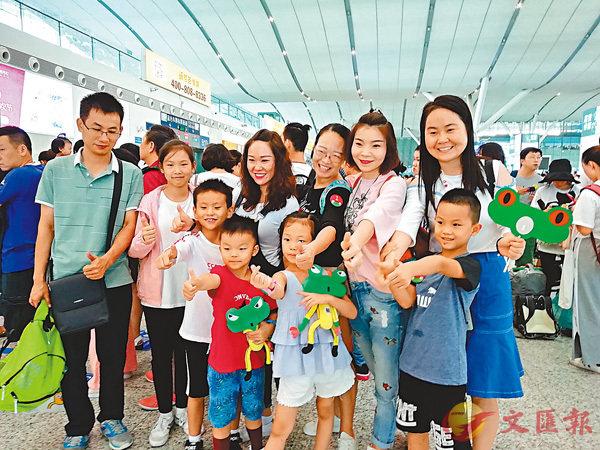 ■樹蛙旅行開發的香港迪士尼和海洋公園等產品吸引了大量深圳遊客。 香港文匯報記者李昌鴻  攝