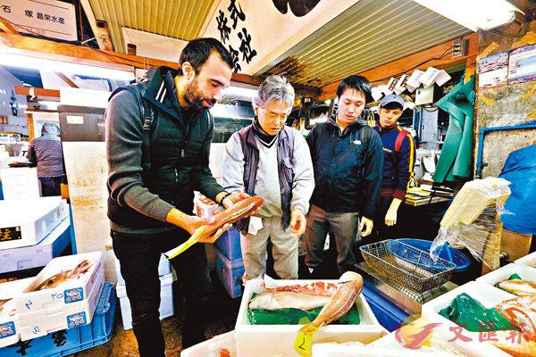 ■貝卡特佩服魚販知識。 法新社