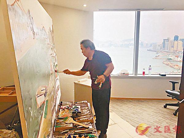 ■王少軍在會展中心高層描繪維港景色。 受訪者提供