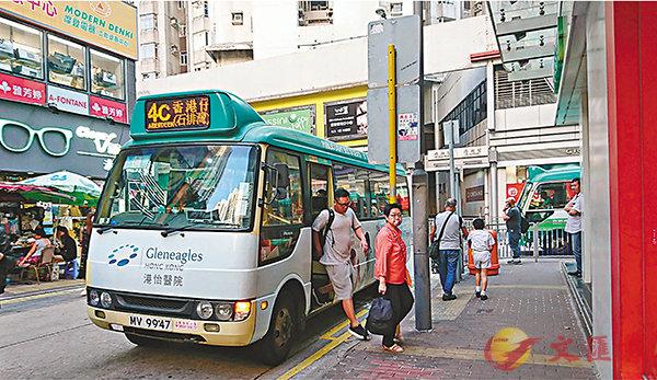 ■共15條綠色專線小巴線於明天起加價,香港仔居民被�荓o最勁。 香港文匯報記者文森  攝