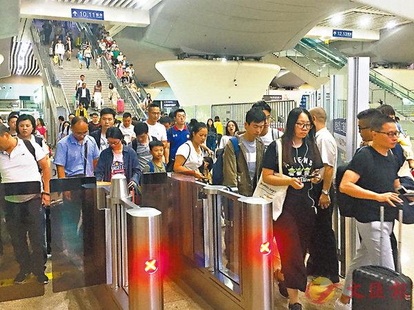 ■一列从香港出发的列车抵达广州,旅客有序出站。 香港文汇报记者敖敏辉摄