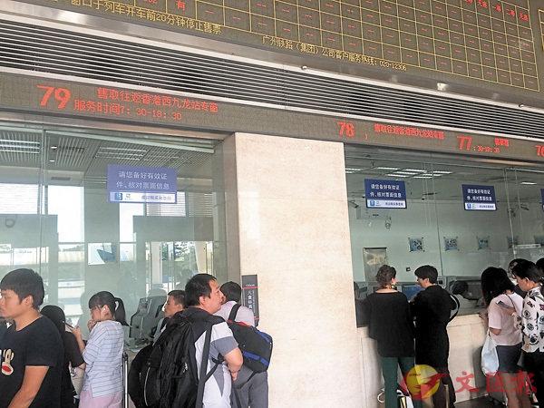 ■廣州南站設專窗購取香港西九龍站車票。  香港文匯報記者敖敏輝  攝
