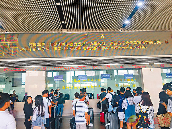 ■广深港高铁停售车票重新开售。 香港文汇报记者敖敏辉摄
