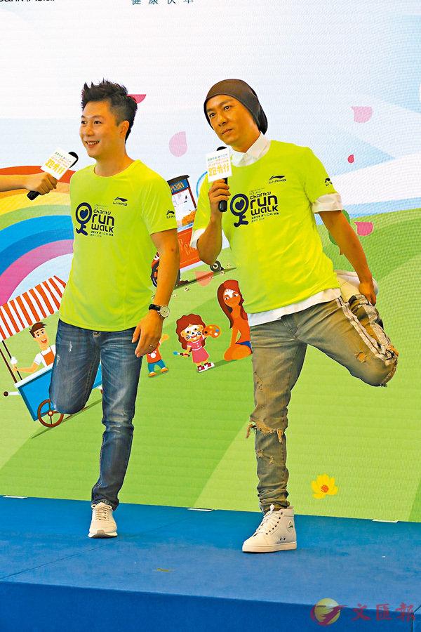 ■張衛健(右)聯同李小鵬昨日出席活動時齊齊做邉印�