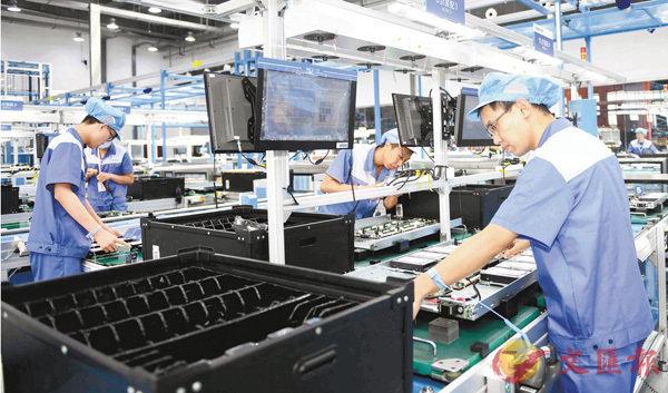 ■ 中國有世界上最大最齊全的產業體系,工農業產品供應充分,服務業供給不斷增強。圖為在濟南高新區的計算機生產基地工作的工人。 新華社