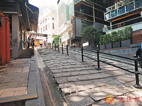 ■石板街既是影視作品的熱門取景地,也是中外遊客必到之地。