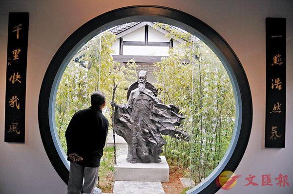 ■蘇軾被貶黃州後,寫下《後赤壁賦》等名篇。圖為黃岡蘇東坡紀念館的蘇軾像。 資料圖片