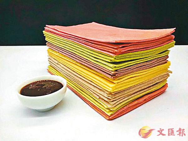 ■五顏六色的煎餅摺疊起來,切成四四方方,簡直就是一件亮麗的藝術品。 作者提供