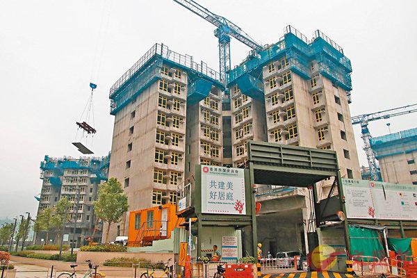 ■政府開拓的新增土地上興建的住宅單位,七成會用於公營房屋。圖為公屋地盤。 香港文匯報記者彭子  攝