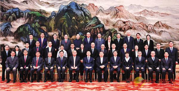 ■韓正(前排左七)與澳門特區立法會參訪團成員合影。 新華社