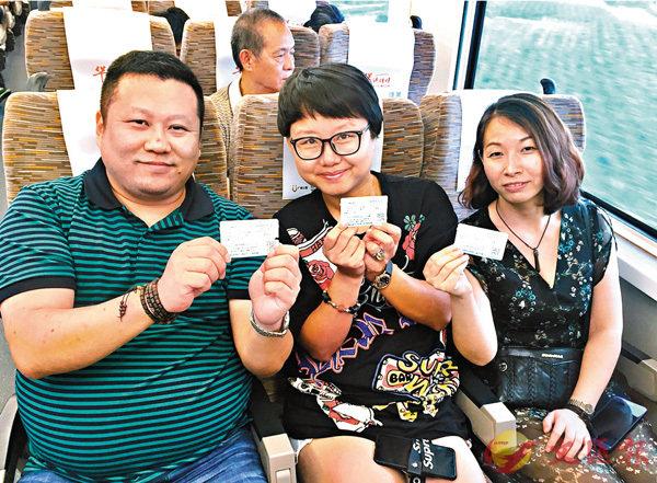 ■广东省人大常委会最新公布的《广东省铁路安全管理条例》明确,旅客应当按照车票载明的座位乘车,不得强占他人座位。 香港文汇报记者敖敏辉摄