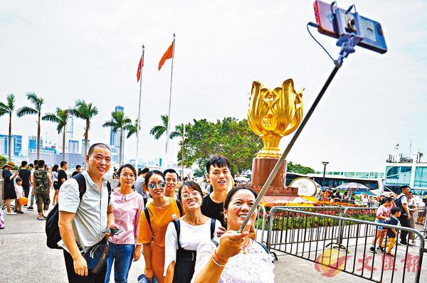 ■國慶期間內地遊客在香港金紫荊廣場遊覽。資料圖片