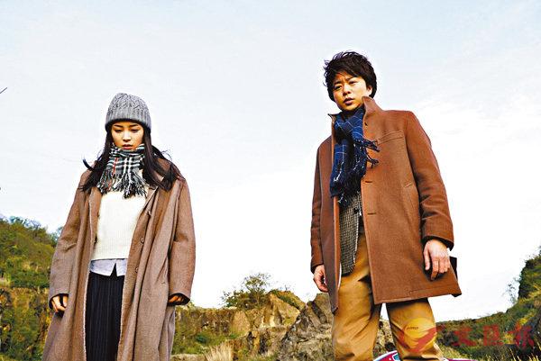 ■櫻井翔(右)飾演堅信科學的大學地科教授。