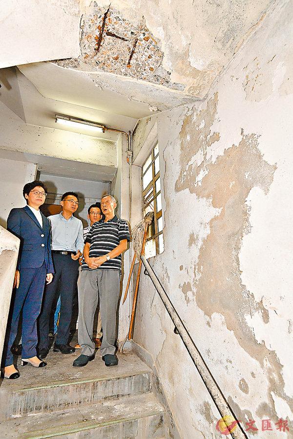 ■林鄭月娥(左一)上舊樓視察大廈部分需要維修的地方。