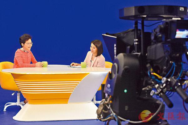 ■林鄭月娥(左)昨日出席電視節目《講清講楚》,回應有關施政報告的提問。