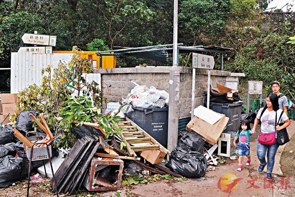 ■心朗村垃圾站荒廢多時,所有垃圾都堆在站外擺放。